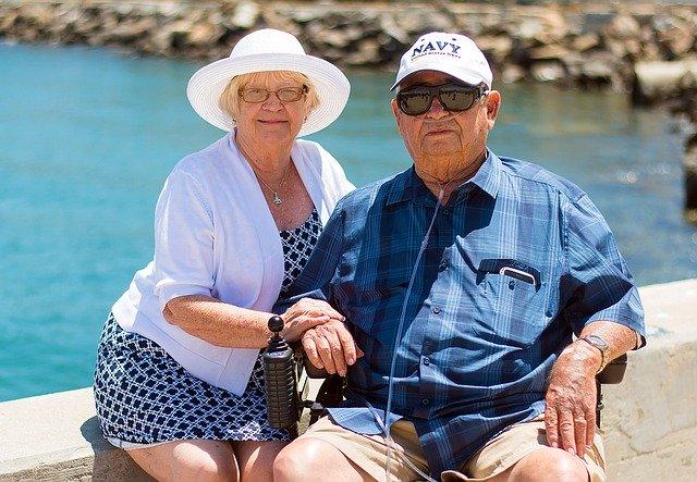 des grands parents devant l'océan