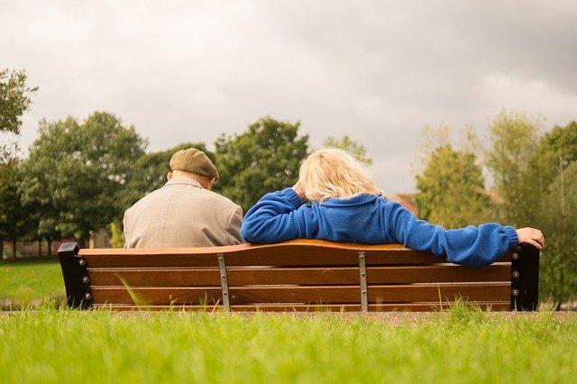 deux seniors sur un banc